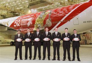 日前,阿联酋航空公司为庆祝迪拜七人制橄榄球队成立50周年,推出了A380特别涂装彩绘。来源:官方Twitter