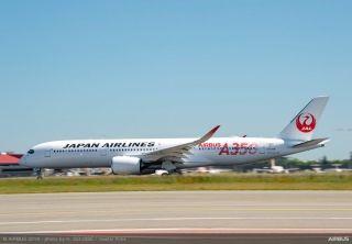 根据空客推特账户消息,日本航空的前三架A350飞机分别采用了红色、银色以及绿色的特殊A350 Logo。 日航一共订购了31架A350 XWB飞机,包括18架A350-900和13架A350-1000。日航一开始将把A350-900部署在主要的国内航线上,飞机将采用三舱布局,可容纳369名乘客。来源:空客推特