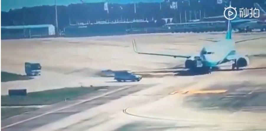 福州SUV险撞飞机