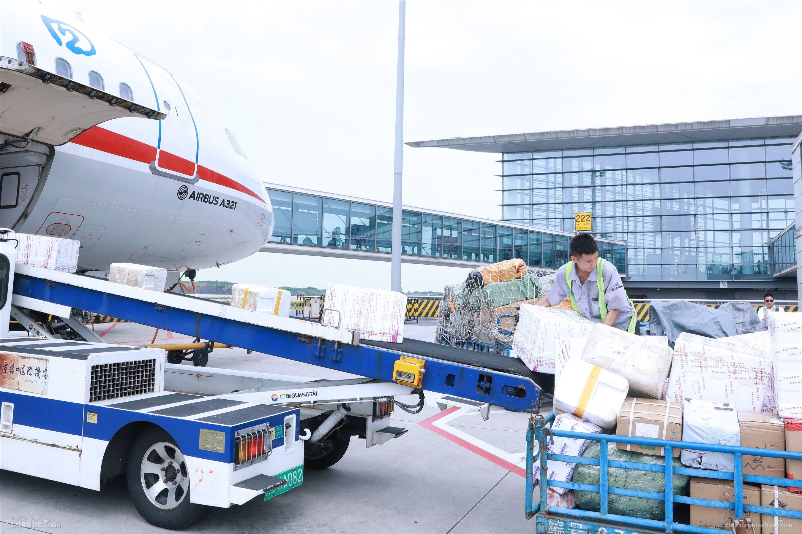 """南京禄口机场:高温""""炙烤""""下默默坚守的他们"""