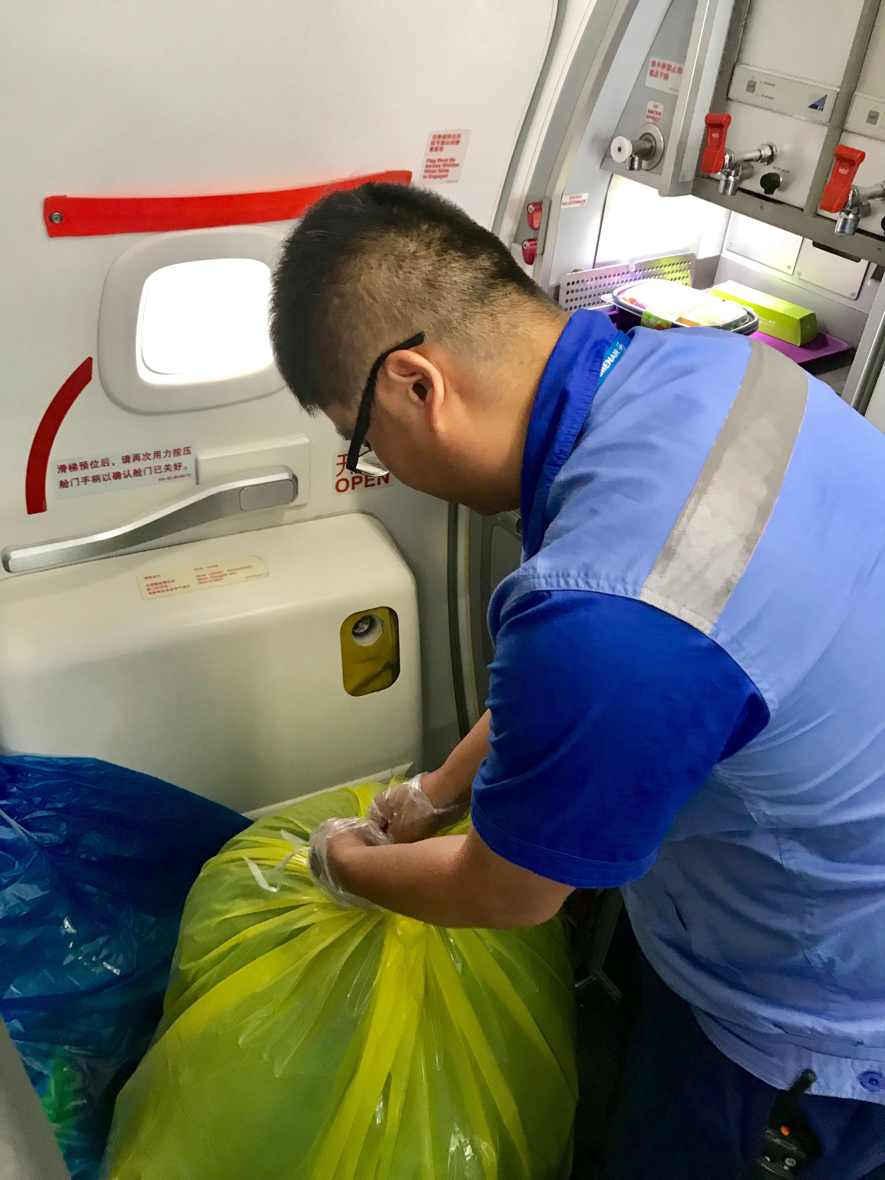 客舱清洁人员回收垃圾