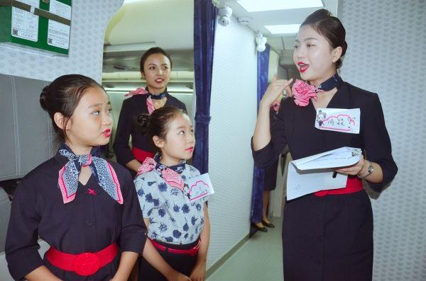 萌娃现身飞机客舱服务 东航西北职业体验萌翻全场