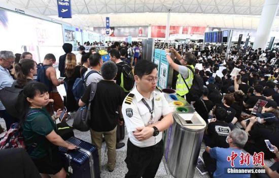 香港官员:机场停运令香港付出沉重代价 确保安全才考虑重开
