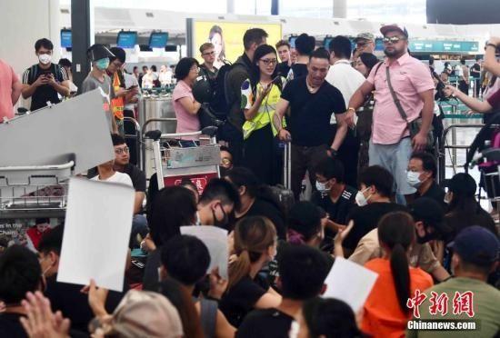 非法示威致香港机场瘫痪 国际声誉受损负面影响难估