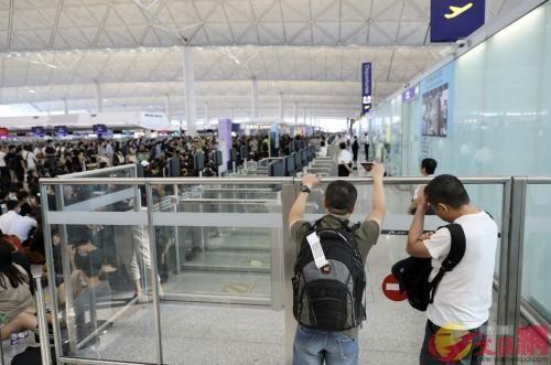 """香港记者手记:机场瘫痪航班取消 旅客""""有怒不敢言"""""""