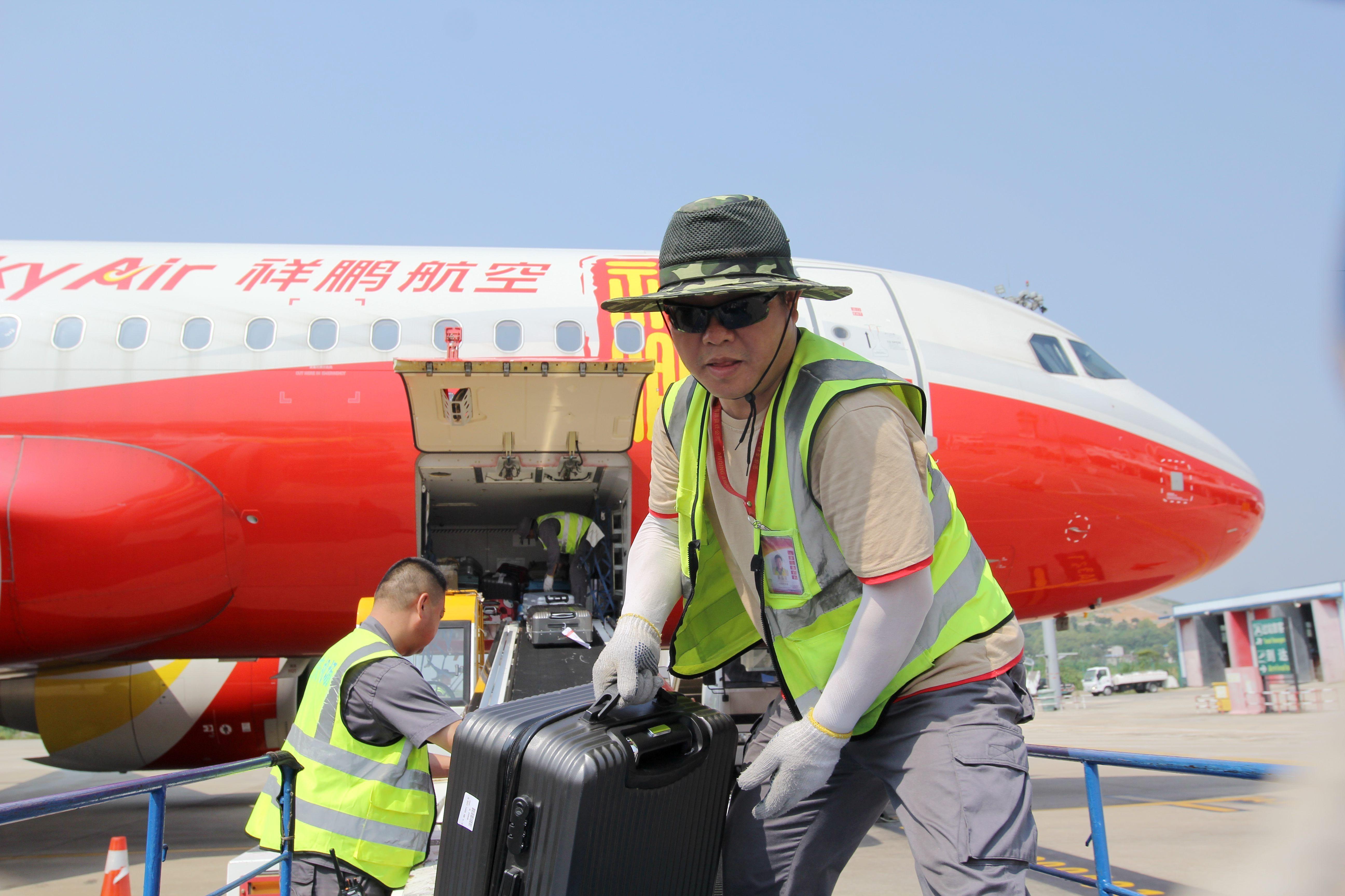"""安庆机场装卸工:用心服务好""""不会说话的旅客"""""""