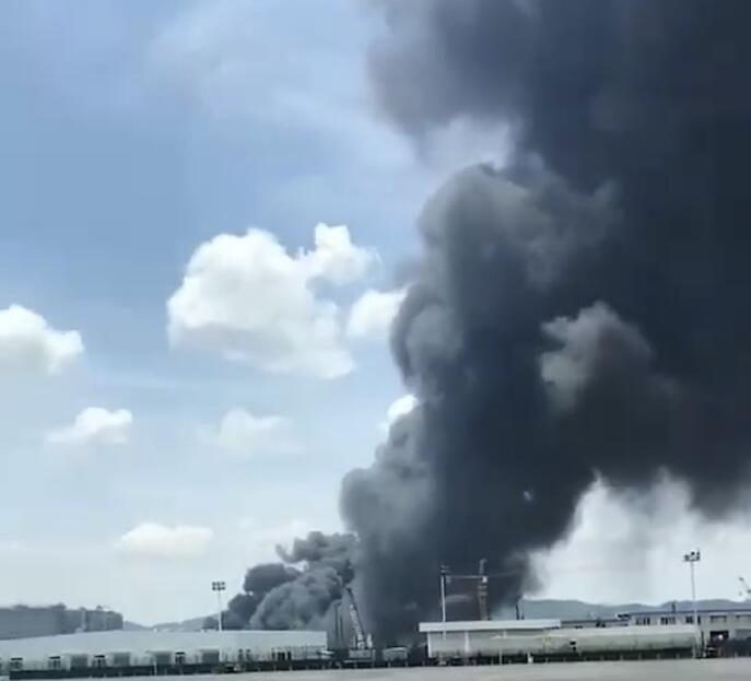 贵阳机场附近一仓库发生火灾 对飞机起降无影响