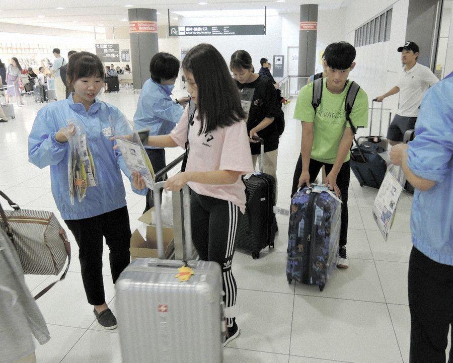 """北海道機場""""拉攏""""韓國游客:拉大橫幅還送點心"""