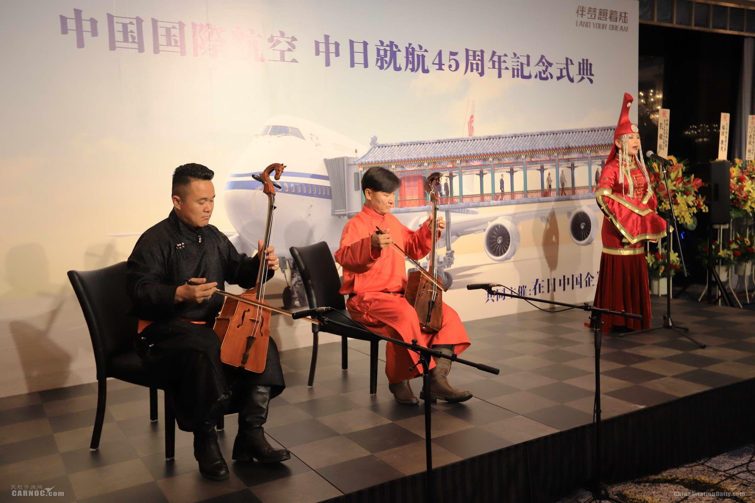 3.来自内蒙古的艺术家为现场带来呼麦、长调、马头琴等非物质文化遗产展示 摄影:武明飞