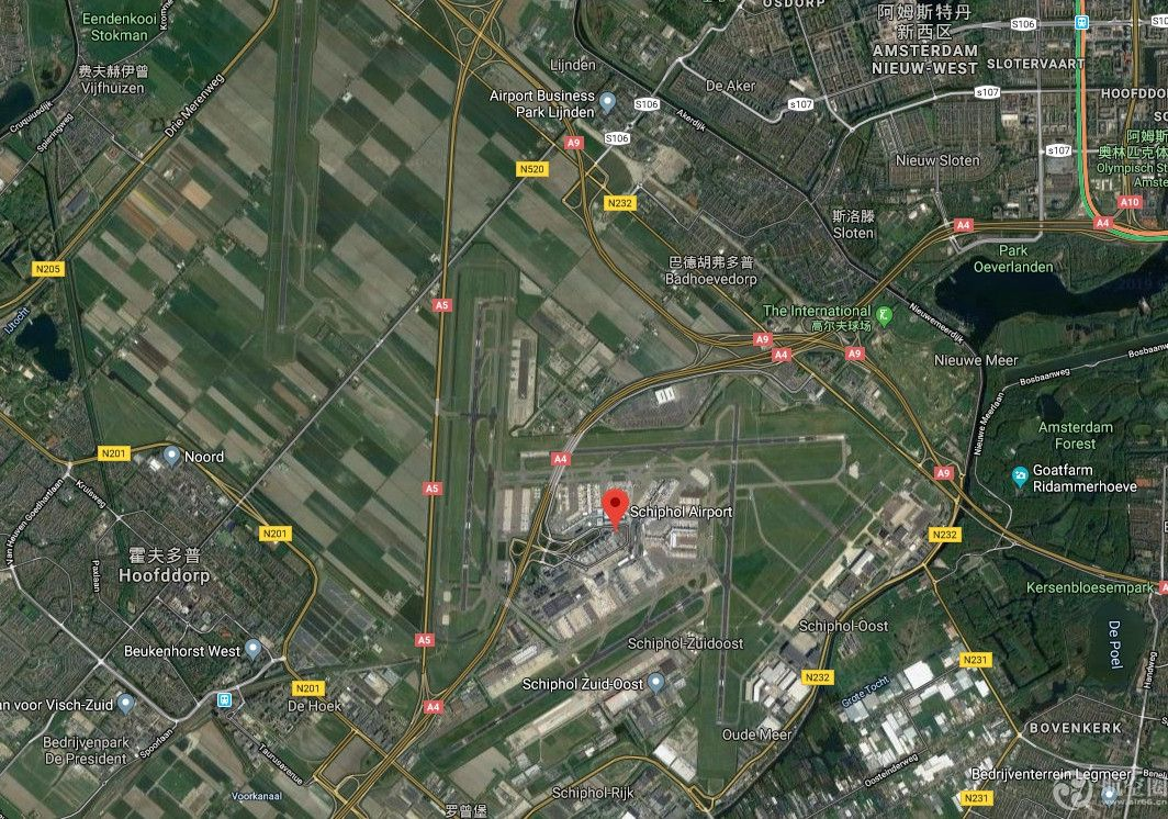 """史基浦机场发生""""车祸"""":卡车撞坏一架波音737"""
