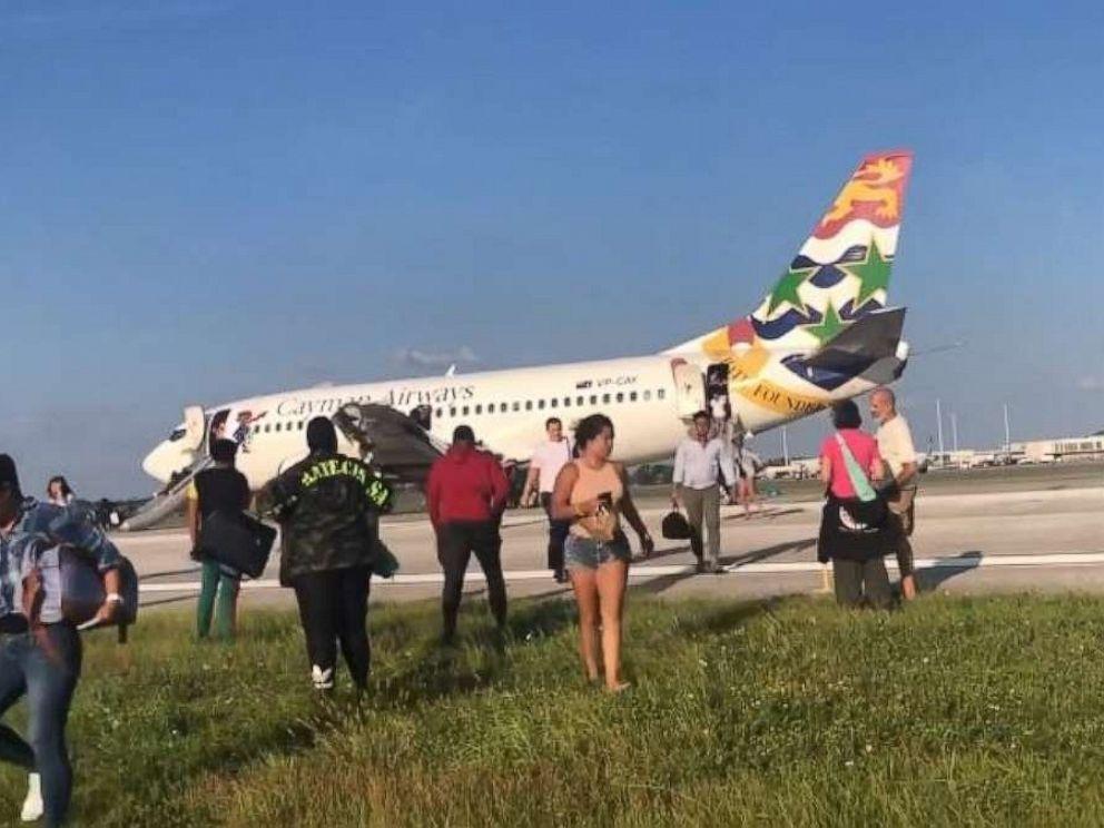 开曼航空客机货舱出现烟雾警告 乘客通过滑梯紧急疏散