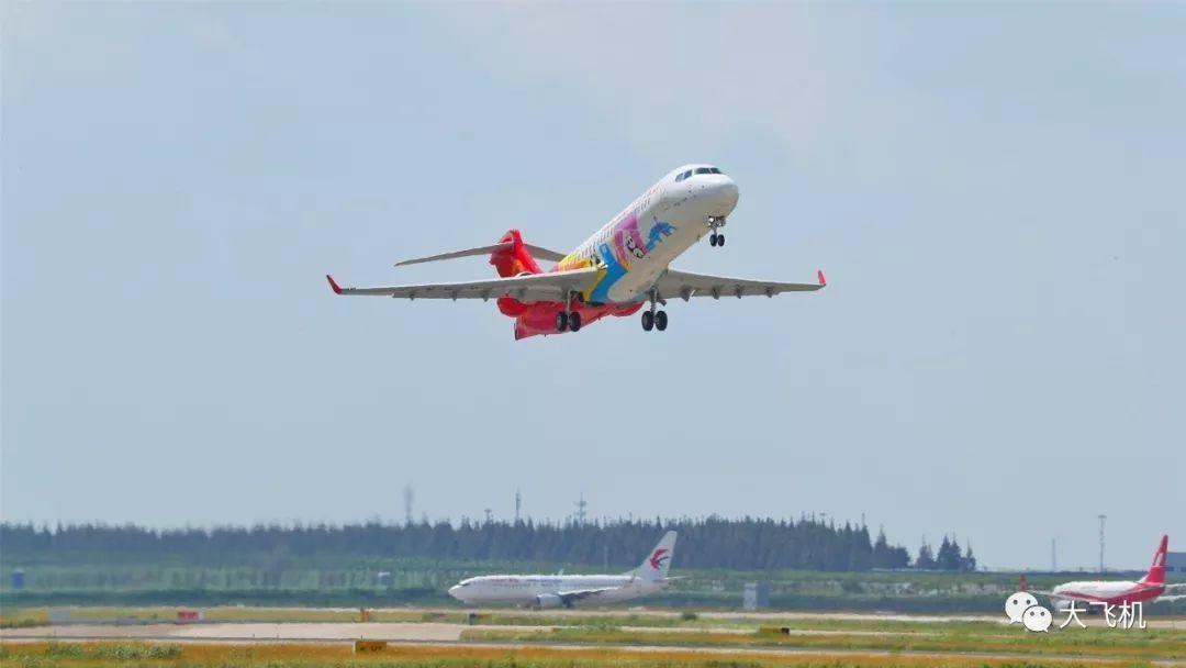 """首架彩绘涂装ARJ21飞机载""""大熊猫""""""""中国梦""""腾飞!"""