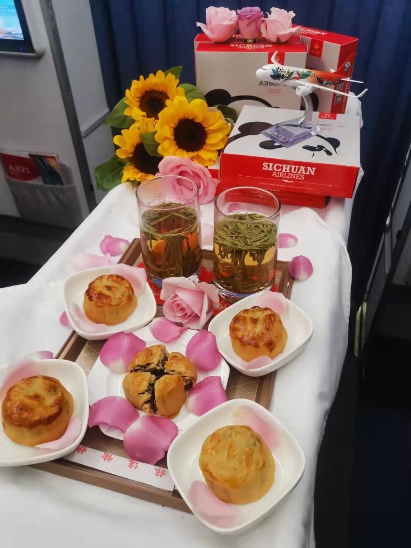 品月饼、做灯笼、填诗词:川航与旅客共度中秋佳节