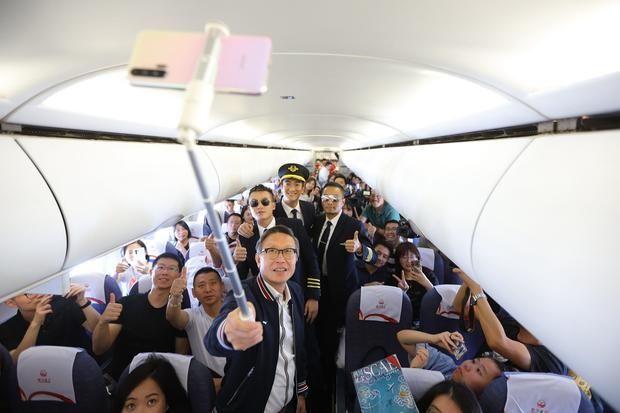 会玩!《中国机长》首创万米高空首映礼