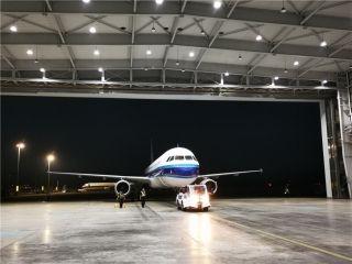 下客后飞机拖入机库开工
