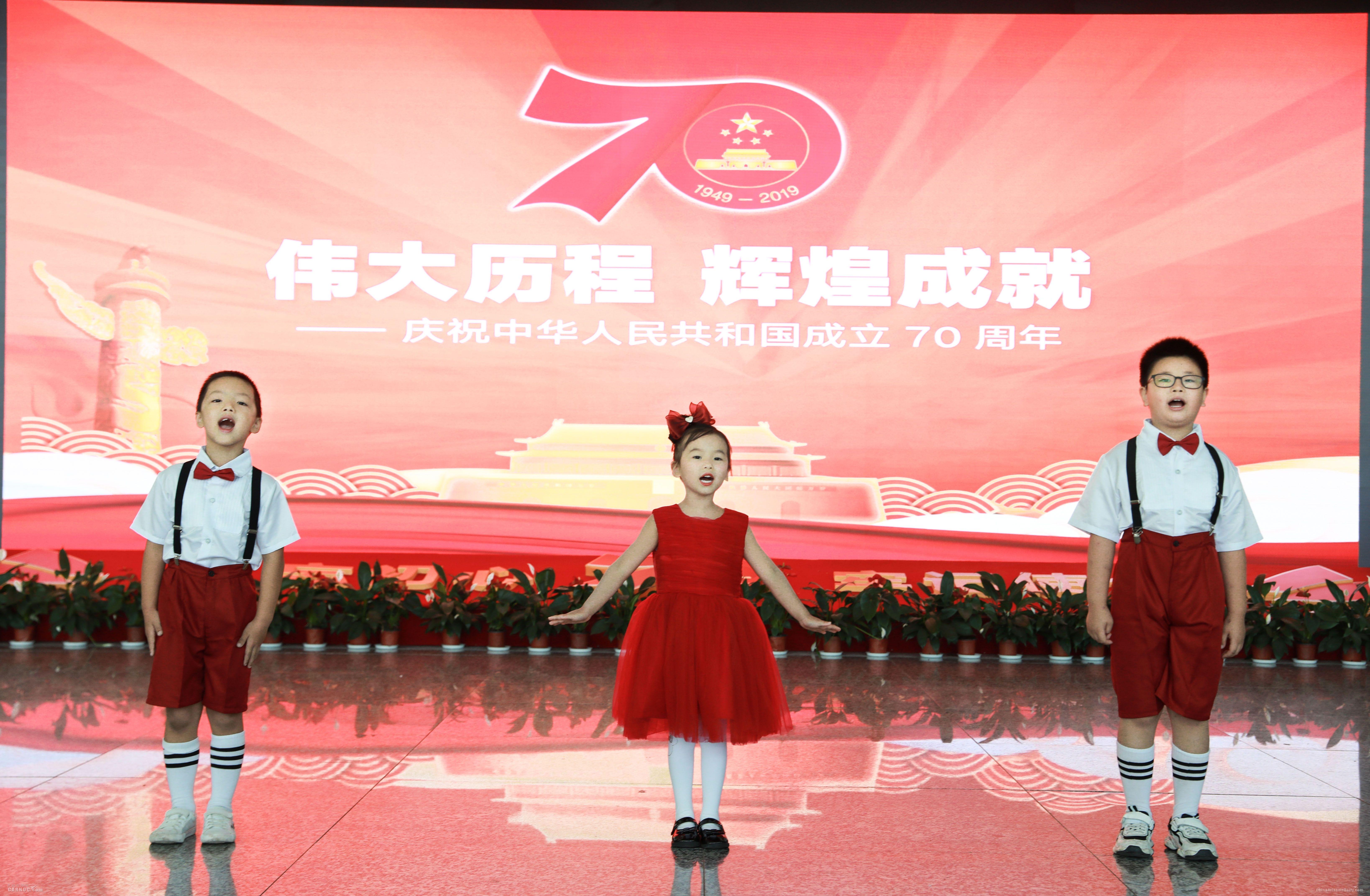"""常德机场""""快闪""""献礼新中国成立70周年"""