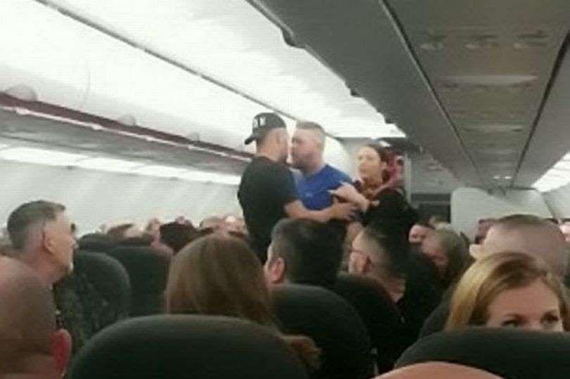 7名英国男子因闹事被警察绑下飞机