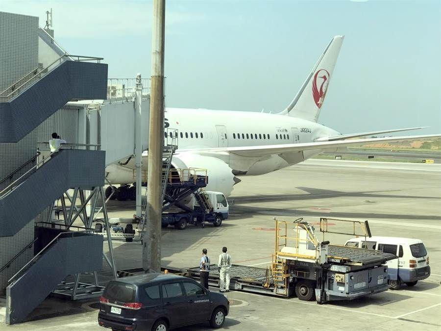 日本一787在桃园机场撞上廊桥 发动机罩受损