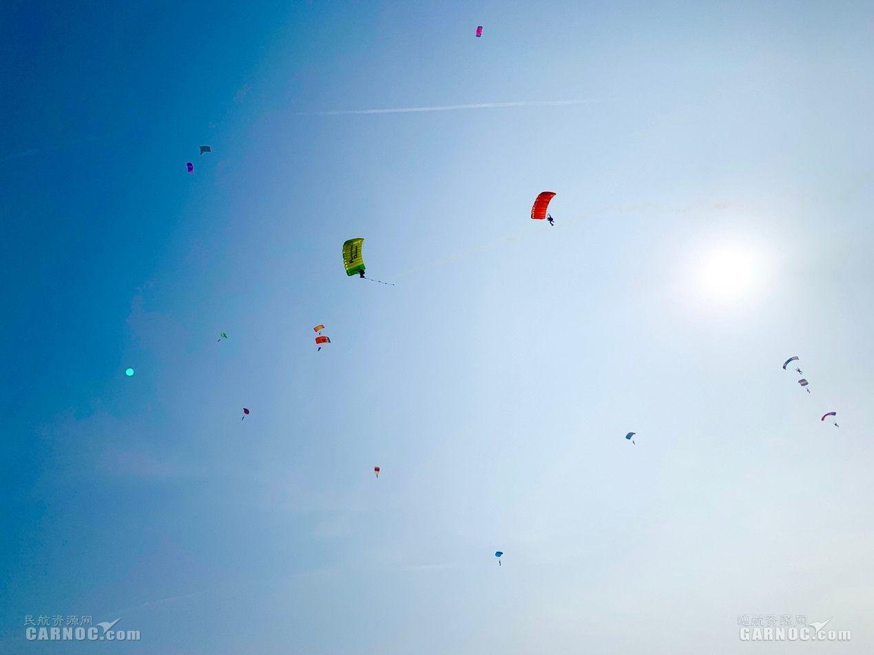 滑翔伞编队表演。 摄影:丁一璠
