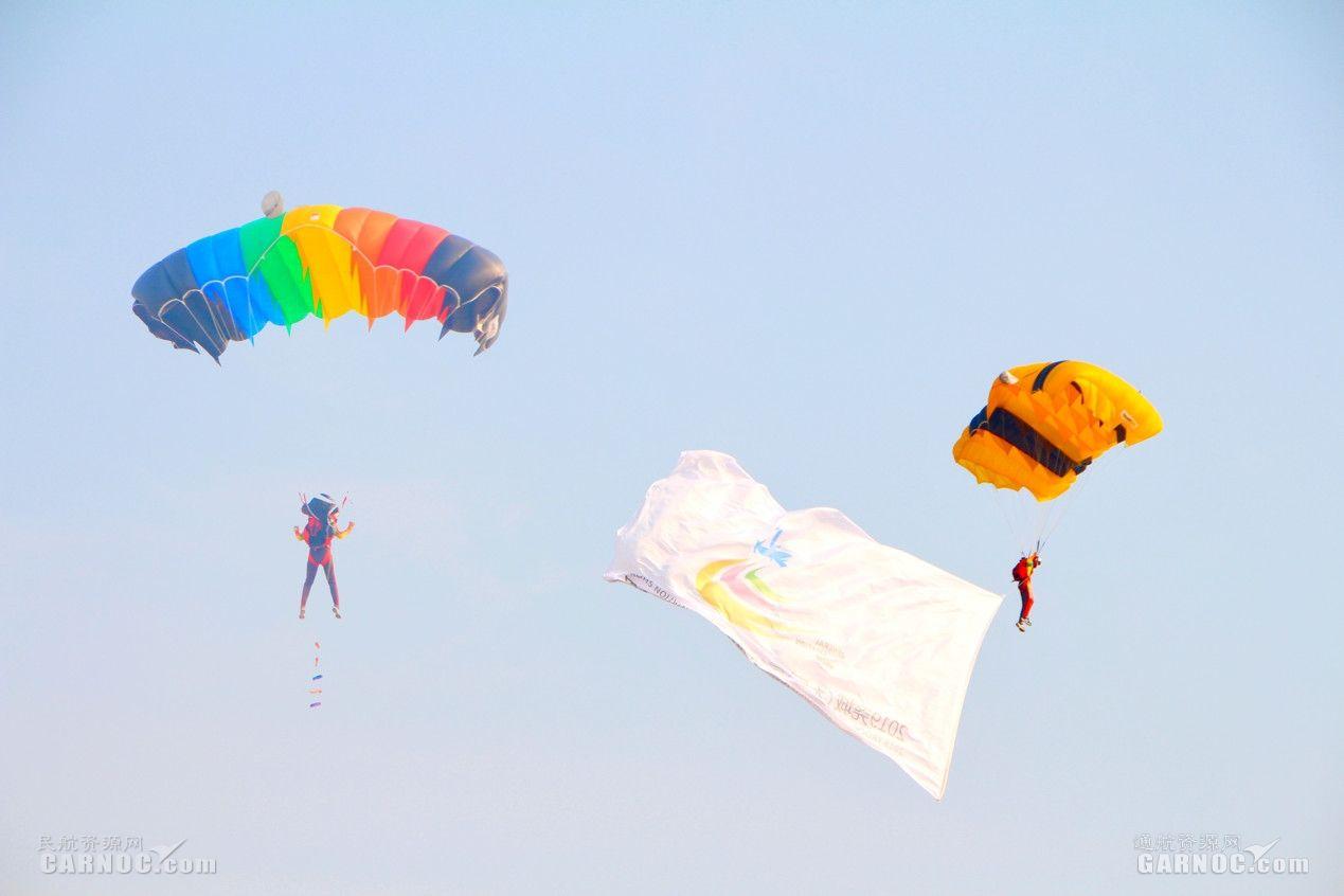 空中跳伞表演。摄影:丁一璠