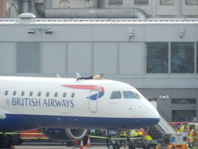 惊险!气候变化抗议者爬上英航客机顶部 曾是残奥会运动员