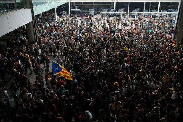 视频:巴塞罗那机场爆发抗议活动 抗议人群阻塞机场