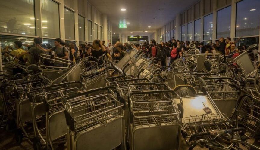 巴塞罗机场入口处被手推车阻塞 来源:美联社/Bernat Armangue
