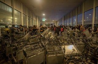 图集:不满法院政治判决 抗议者阻塞巴塞罗那机场