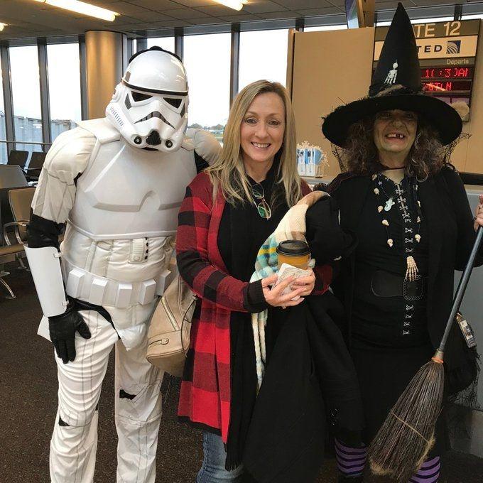 美联航员工在布法罗国际机场的cosplay