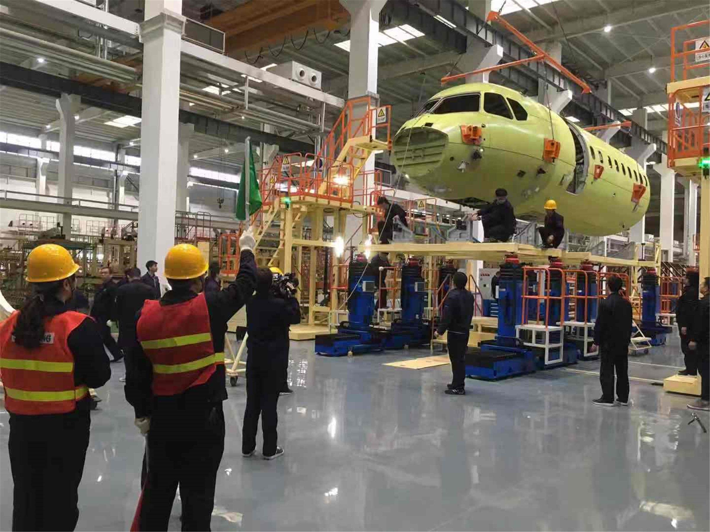 10月31日,新舟700首飞飞机机身前段在陕飞下架          西飞民机供图