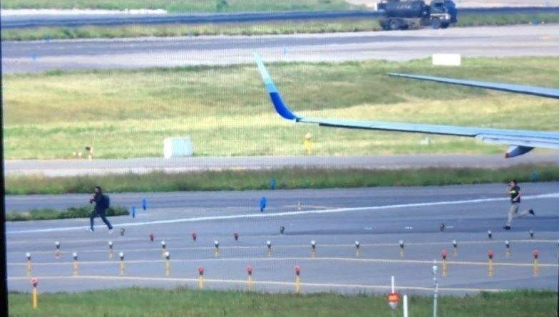 华航客机准备起飞时 一男子爬上起落架