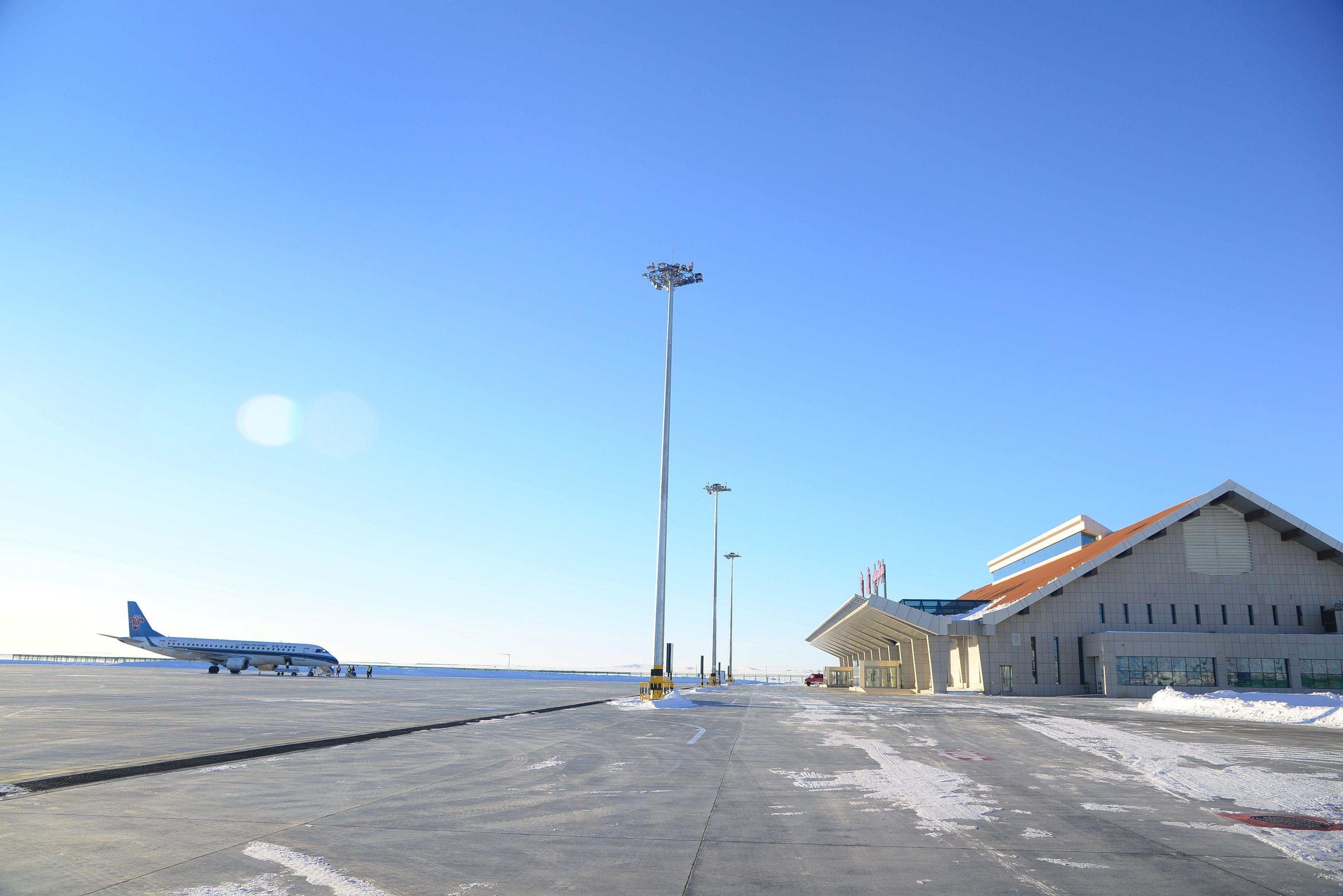 因跑道积冰 富蕴机场跑道关闭至15点