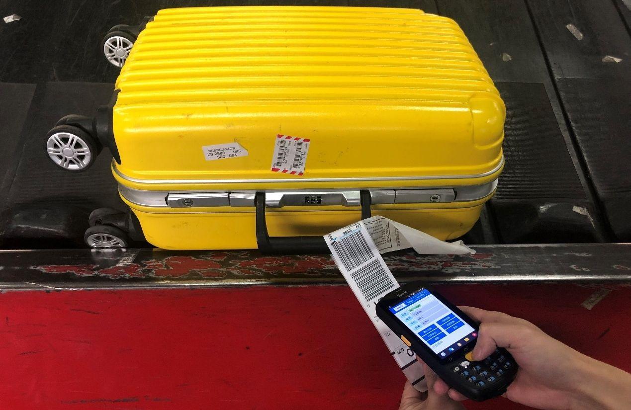 使用手持终端(PDA)扫描记录行李分拣状态