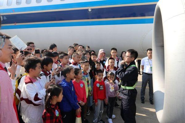 图片 南航举办开放日 邀请市民近距离参观飞机插图1