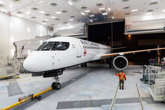 视频:墨镜侠!加拿大航空首架A220亮相