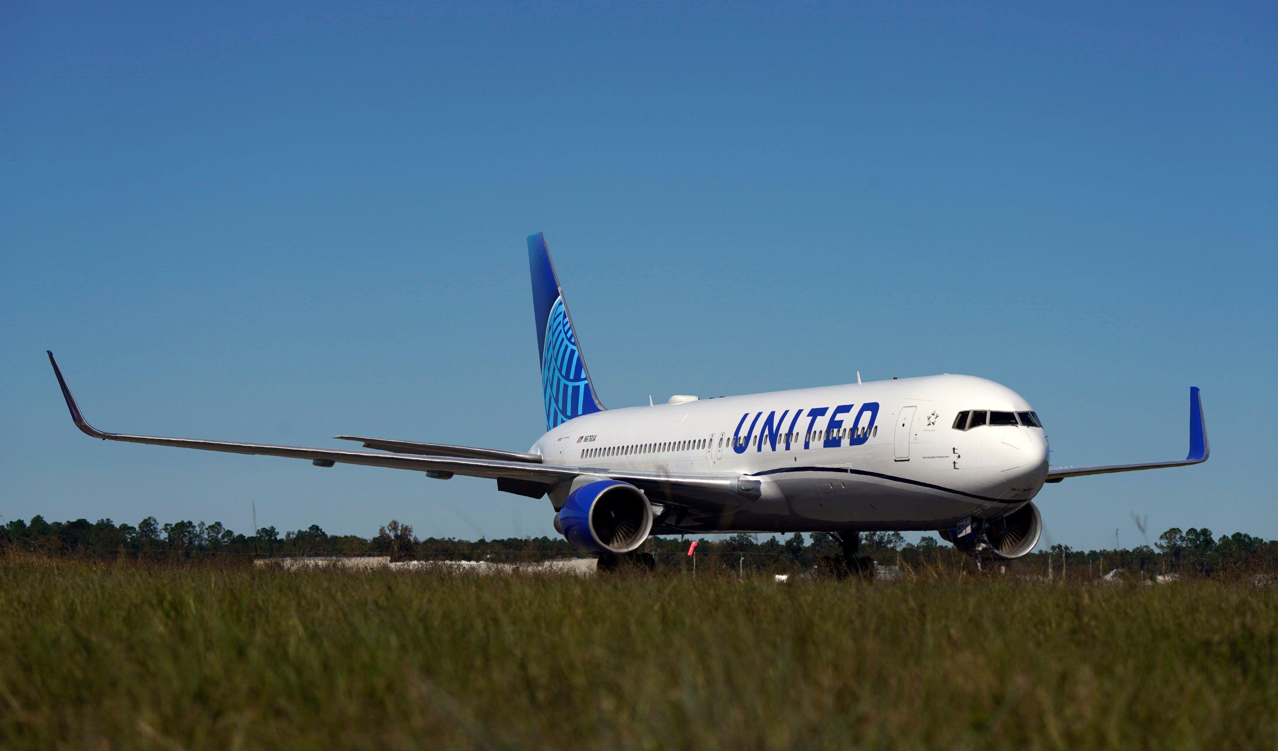 美联航首架新涂装宽体机767-300亮相