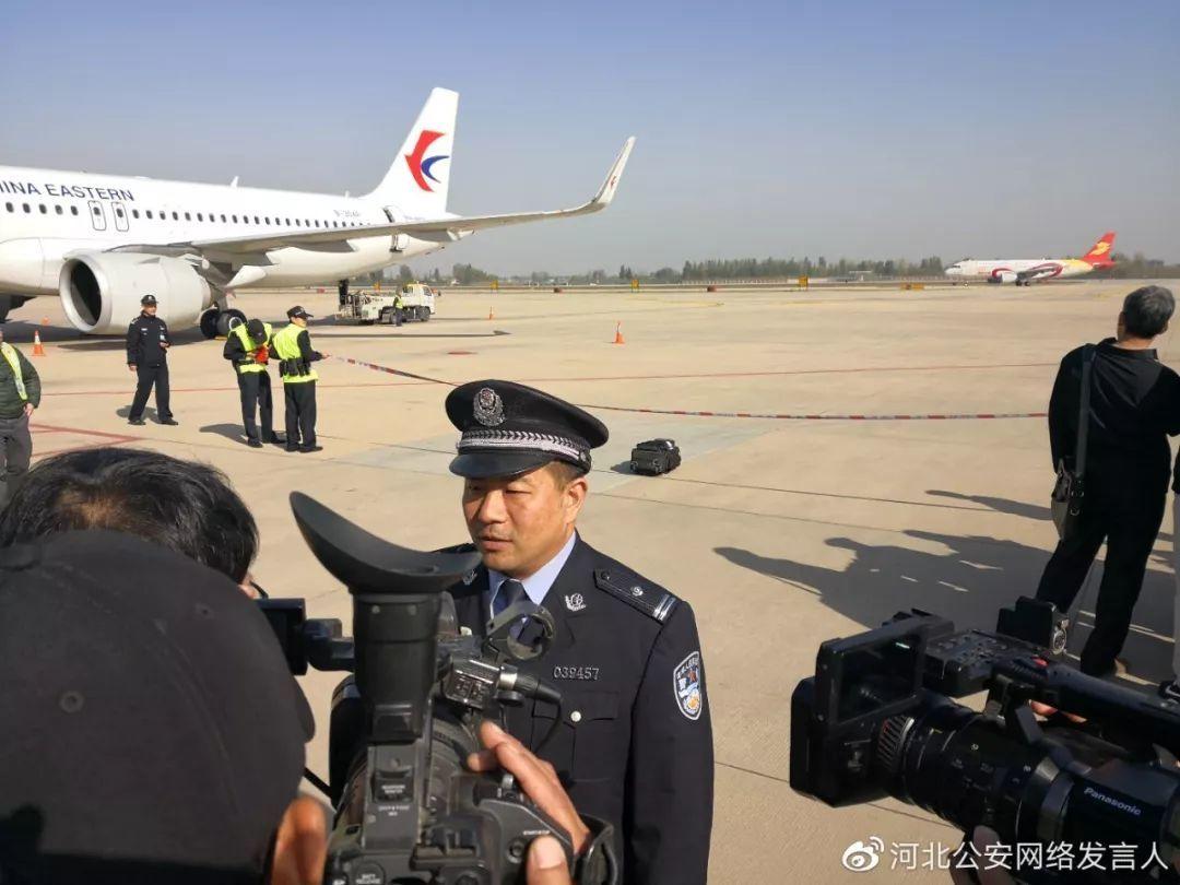 """场面震撼!三架飞机,200多""""蒙面乘客""""被押回正定机场!"""