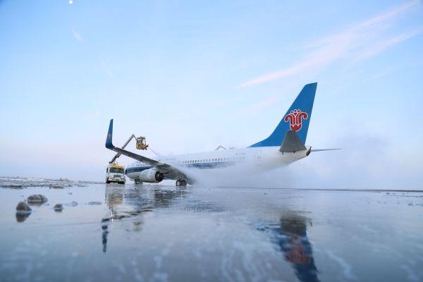 大雪突袭乌鲁木齐 南航全力应战保障航班运行
