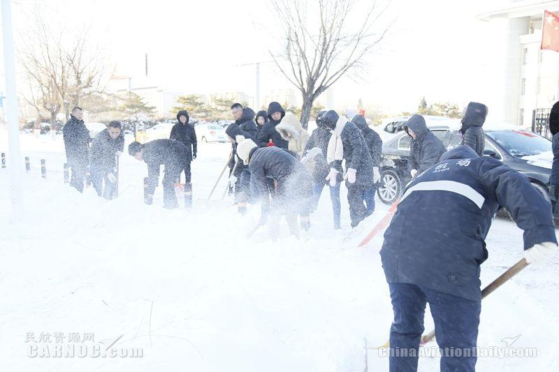 延吉机场彻夜奋战今冬首场降雪
