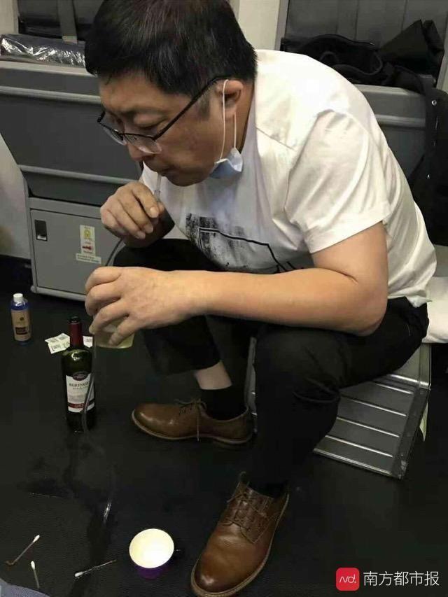 医生高空吸尿救人:各国航班必备急救设备都有啥?