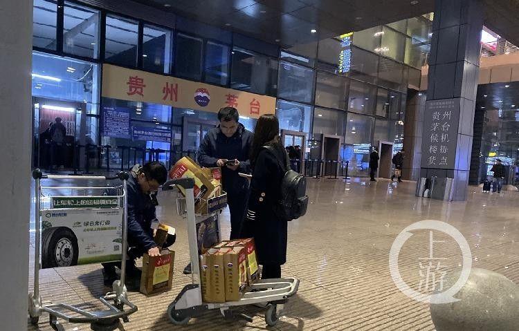 南航贵州公司茅台销售点有大量乘客排队买酒。摄影/上游新闻记者