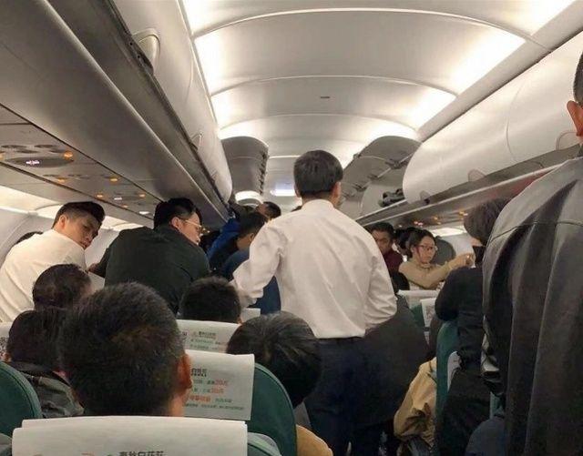 广州医生又在飞机上救人!徒手帮乘客清除呕吐物