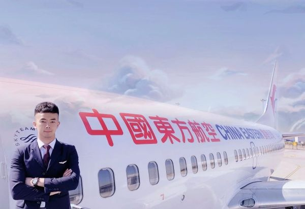 东航云南安全员何飞助旅客找回四千万支票