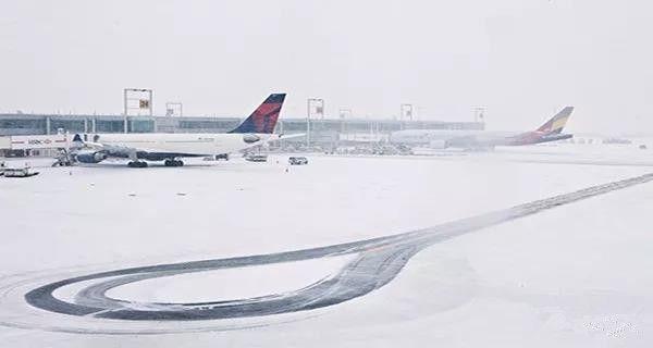 近6000架航班延误 数条公路关闭 冬季风暴继续袭击美国