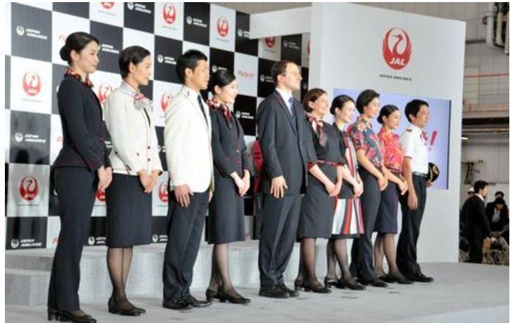 日本航空的新制服仍然要求女性穿带跟皮鞋