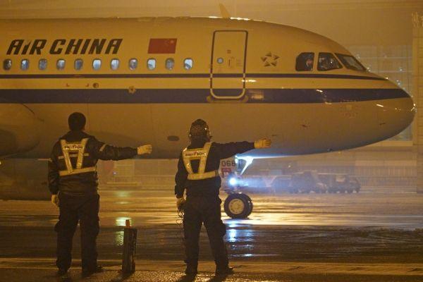 银装素裹邂逅凤凰 Ameco机务人除冰雪保运行