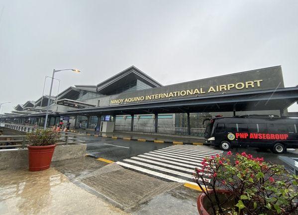"""台风""""北冕""""的影响减弱 菲律宾马尼拉机场跑道重开"""