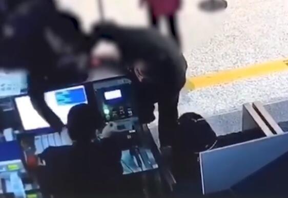 """视频:南通一副科级干部被曝""""大闹机场"""" 纪委介入调查"""