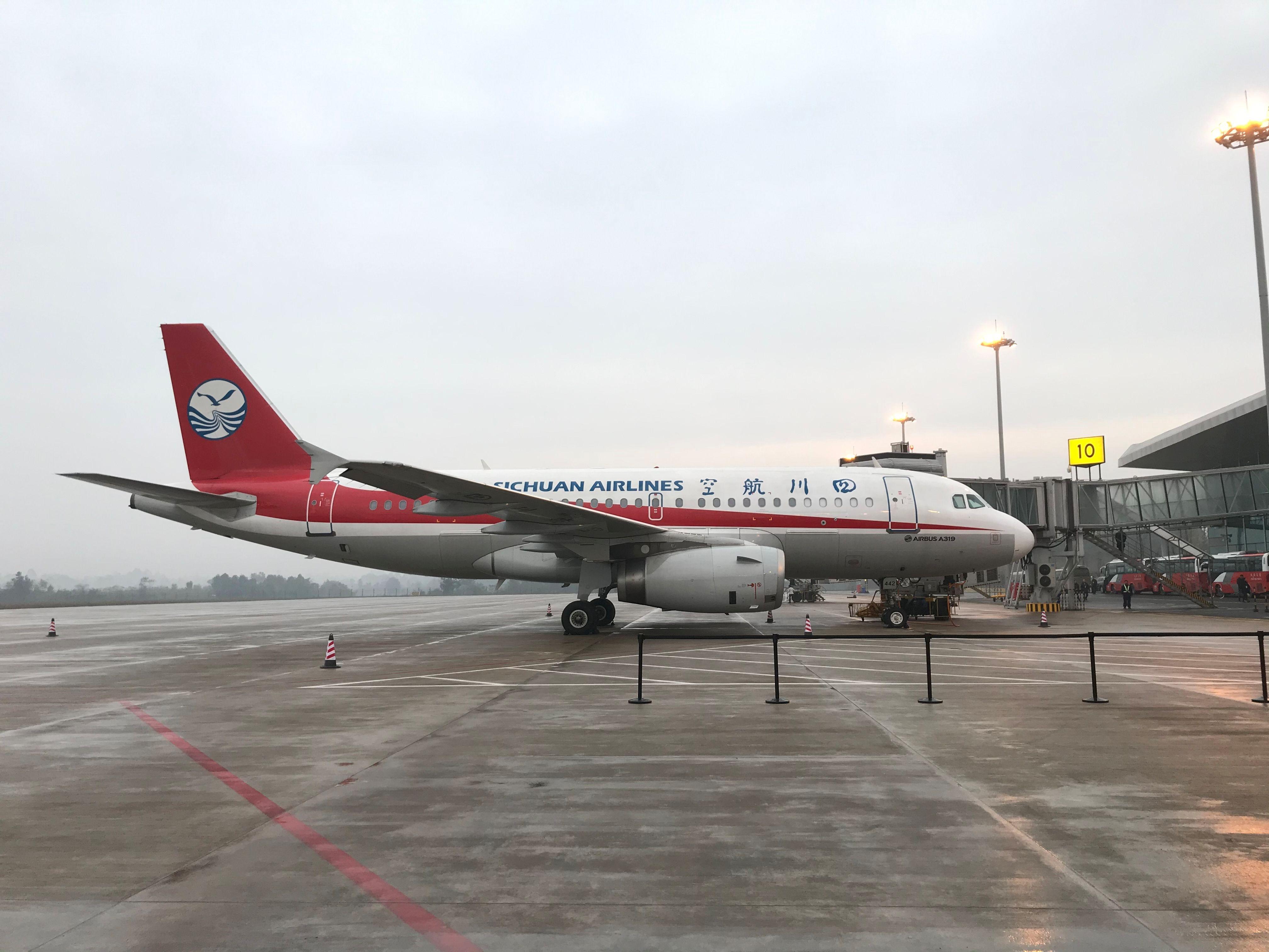 12月5日 川航执飞宜宾五粮液机场首个通航航班