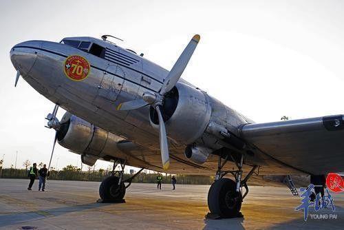 这架75年机龄载旗古董飞机飞来广州了!